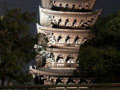 途中、ライトアップされた興福寺の五重塔のそばを通ります。  昼間見るのとはまた趣が違った感じですね。