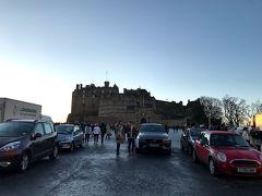 【Edinburgh Castle】 お城が見えて来ました。この広場で夏はMilitary Tattooがあるんですね。映像ではすごく広く見えたけど実際行ってみると案外狭いんですよね。