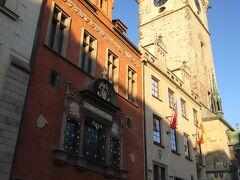 """プラハ旧市庁舎 と プラハ旧市庁舎の塔  時計塔が目印、、 内部にはゴシック様式のチャペルがあり、 塔にも上れるそうです、、  プラハを訪れる前は、旧市街の主な建物内を見学したり、 塔に上ったりしよう~♪と計画していたのですが、、 いざプラハの街を歩くと、、 """"街の雰囲気を楽しみたい♪""""気持ちでいっぱいになり、、  ほとんど、、中に入ることなく、、ひたすら、、 てくてく、、 お買い物も、、ほとんどスルー、、 (ひとり旅なで、しかも三角巾で右肩を固定した状態で重い荷物を運べないしね、、)"""