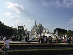 さて、我々一行はチェンラーイの新名所、ワット・ローンクン、通称「白い寺」へやってきました。 その名の通り、真っ白。 想像していたより多くの観光客がいたけど、外国人が多いようです。