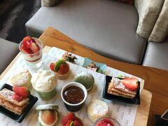2日目のメインその3 ウェスティンホテルのアフタヌーンティー。 タイならではのマンゴーも好きだけど、1番好きな果物はいちごなので、楽しみにしてました。  アボカドペーストといちごが乗ったトーストが意外とあう。あと、ジャムが甘すぎなくてよかった。