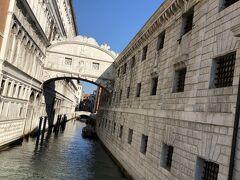 ため息橋を横目に見て、まずは皆での観光です。宮殿と牢獄の間にかかる橋です。 囚人がため息をつきながら通ったことから付けられた橋です。