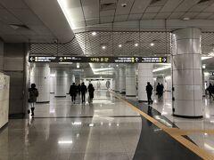 金浦空港駅から約37分でポンウンサ駅(Bongeunsa 駅番号929)に到着。  アロフト・ソウル江南から一番近い地下鉄駅は、地下鉄7号線729番のチョンダム(Cheongdam) 駅です。ただ、9号線高速ターミナル駅での乗り換えに時間かかり、更にチョンダム駅構内からホテルまで徒歩10分はかかりますので、スーツケースがある方は、地下鉄9号線+バスの経路がお勧めです。