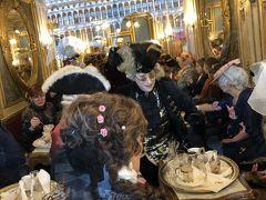 お茶する方達 カフェフローリアンは1720年創業の老舗カフェです。