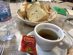 12:45 ランチはfantasia restaurantにて 物凄く奥に広い、レストランで、何百人も入れそうでした。 紅茶は3ユーロ(374円)