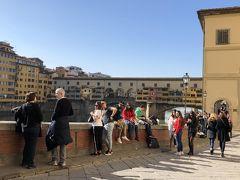 次にヴェッキオ橋を見に行きます。アルノ川にかかるフィレンツェ最古の橋です。