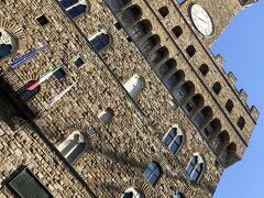 ヴェッキオ宮 時計塔  かつてのフィレンツェ共和国政庁です。ダヴィデ像の頭の後ろに、街の紋章フィレンツェの獅子像が飾られています。