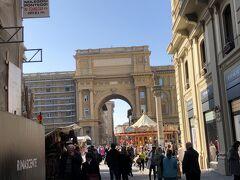 共和国広場 回転木馬が出ています。大きな門があります。