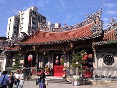 台北最古のお寺「龍山寺(ロンサンスー)」です。 龍山寺は1738年に建立され、約270年もの歴史がある台湾で最も古い仏教寺院であり、故宮博物館や中正紀念堂などと並ぶ台北の一大観光名所です。