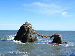 そして夫婦岩。年に何日かは、2つの岩の間の正面に、三重県からでも富士山が見られるとの事です。うーー。コンパクトデジカメではこれが限界。