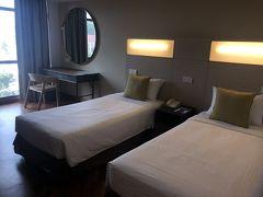 今回のホテルは「YMCA フォートカニング」! マリーナベイサンズのような派手さはないけれど、ホテルが高いシンガポールでかなり良心的なお値段で泊まれる。  しかも、最寄駅がドビーゴートなのでどこに行くにも便利。 電気ポット・冷蔵庫も完備。ペットボトルのお水もある。