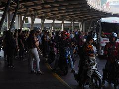 Market! Market! のバス・タクシー乗り場。バイタク、ジプニーも来ます。通勤客がバス待ち。