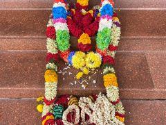 せっかくなので道中にあるヒンズー教のお寺にも立ち寄り。 靴を脱いで中に入る。お花の置き方が可愛い。