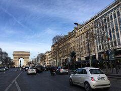 凱旋門。 パリだな~と実感。 前回上に上ったので今回は上らず。
