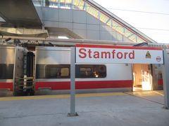 車内の写真も撮ればよかったなー。電車の乗り方、独特。まず、改札がないのね。さっきのボードに乗り場が表示された瞬間、ダーッとみんなその乗り場に行き、ダダダと乗り込んでいく。空いてたから一人、窓際の席を取れた。電車発車するまで、切符の確認はない。  『アメリカーナ』が旅のお供。スタンフォードの駅です。なんというか、この旅行で思ったのは、じっさいに土地を訪れるというのは、自分の中の実感を増やすことだなあと。『アメリカーナ』はけっこう地名が出てきてて、それがわかるというのが、うれしい。