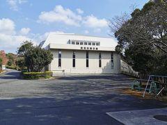 さて愛媛県の南にある「紫電改展示館」に来ました。公園の一番上にあります。誰もいません。