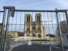 今回の旅行でどうしても行ってみたかった場所です。 修復中のノートルダム。 柵で囲われています。