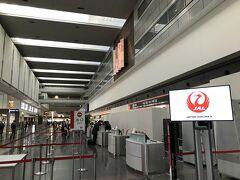 夜勤明けで半日残業して、羽田空港へやってきました。今回は珍しく京急でやってきました。その方が安かったんです。  予約している便はJAL655便(19時15分発)ですが、JALの特典航空券は繰上げ搭乗が可能なので、それよりも早い651便(羽田空港15時55分発)にしてもらいました。