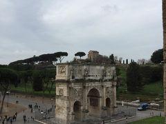 コロッセオの前にあらコンスタンティヌスの凱旋門 紀元前に作られた建築物です 凱旋式は 門が作られるまで 待つんでしょうか? 凱旋式ってローマの風習だったのですね