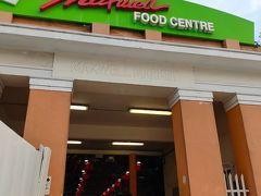 チャイナタウンの横には、シンガポールで一番有名なホーカーズの「マックスウェル・フードセンター(Maxwell Food Centre)」があります。今回は、こちらで夕食を取ることにしました。座席を確保が難しいくらいにぎわっています。