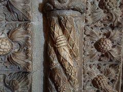ジェロニモス修道院の一角にあるサンタマリア教会内の柱や壁にはたくさんの彫刻があるのですが、その中にロープをつかむ人の手の彫刻があります。これに触れると航海から無事に帰って来られる、ということなので、私たちもこの旅行が無事なようにすりすり。で、白くなってます。