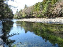 透き通った五十鈴川。神聖な川ですね。賽銭を川に投げない注意書きがあったのに、川底にはお賽銭が。