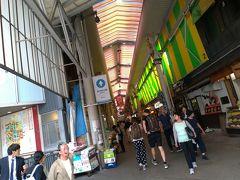 平日ですが、かなり賑わってます。 行列ができてるお寿司屋さんを横目に、私の目指すお店は・・・