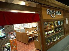 21時ちょっと前に目が覚めました。 本日の締めに、もう1軒だけ行きます(笑) 「金沢百番街あんと」内の「8番らーめん 金沢駅店」さん。