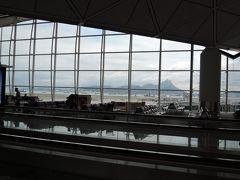 広いガラス張りの窓がある綺麗な空港です。海と船と山、パネルを貼り合わせた絵のようです。