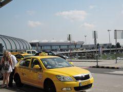 ブタペスト国際空港 黄色いコロンとしたタクシーが可愛いです。