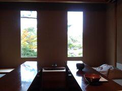 お茶室が空いていたので、一休み。たくさんの見学者がいたのですが、ここは別空間の静けさでした。