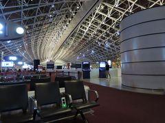パリ・シャルル・ド・ゴール空港 出発ゲート前のロビー。白い骨組みの無機質なロビーです。待ち時間が短いのでラウンジには行かずここで休憩。早朝に着いたので、人は少ないです。パリからブタペストに行きます。