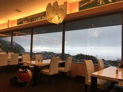 12:40 桷志田 海が見えるレストラン。角テーブルに黒酢の壺アートが置かれていました。