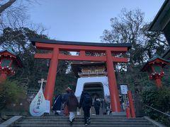 今度は朱の鳥居が見えてきました。 江島神社に到着。 海の神として信仰される宗像三女を祀る辺津宮・中津宮・奥津宮の三宮を総称したのが江島神社です。