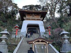 朱の鳥居を過ぎ、石段を上ると次に瑞心門(ずいしんもん)が見えて来ました。