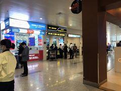 到着、ATMで15,000円弱くらいキャッシング  多少のタクシー客引きはあれど、到着客も多いので特にしつこくはされず