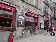 門をくぐると参道の一番手前に「La mere poulard」があります。 ホテル&レストランで名物のオムレツ発祥のお店です。