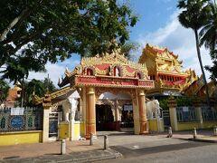 通りの向かいに、似たような物がありました。 ということで、まずはこちらの「ビルマ式」のお寺へ。