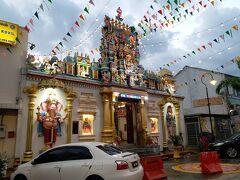 で、その交差点の裏で、ちょっと寄り道。 ヒンドゥー寺院ですね。 まぁ、今朝、ペナンヒルの上で見ましたからね。