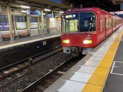 旅の始まりは真っ赤な名鉄電車にて名古屋駅へ。始発の二本くらい後です。