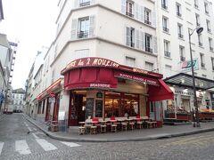 Moulin Rougeを起点にモンマルトルエリアの散策です。 「Café des 2 Moulins」はアメリのモデルになったカフェ。 お店には入らずに外観だけ楽しみました。