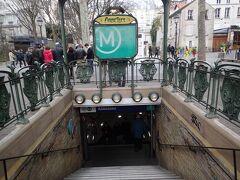 一通りモンマルトルエリアを散策したので、地下鉄で移動します。 メトロは治安が悪いという事前情報を読んでいたので、少し雰囲気が怖かったです。