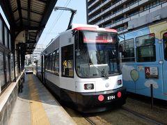 熊本は市街が新幹線の駅からちょっと離れているのですが、路面電車が今も走っています。 パトカーっぽい塗装の電車でした。