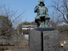 馬具櫓横の入口付近に加藤清正公の像があります。