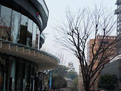 繁華街へ降りてきました。 バスターミナルがリニューアルした複合施設サクラマチへ。 ここからも熊本城が見えます。