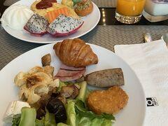 Mo Mo Cafeで朝食。 香港沙田のコートヤードと同様、料理が沢山並んでいてテンションが上がります。 沢山取りすぎて、最後の方はちょっと罰ゲーム的な気分に。。。まんぷく~