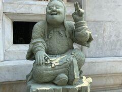 カオサン通りを通り過ぎて、周りを散策していた時に発見した寺院。 ワット・ボウォンニウェート