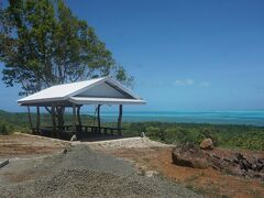 バベルダオブ島の最北端にあるストーンモノリスに向かう。遺跡の入口にある休憩所で昼食。高台になっている休憩所からは美しい海が見渡せる絶景ポイント。
