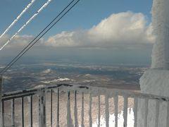 頂上に到着。 ここまで来るとやっぱり寒い。途中吹雪いてきます。