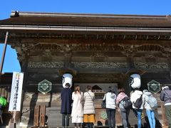拝殿・八足門でお参り   何を願う 御縁がありますように、娘には五円を渡す私たちは11円   二礼四拍手そして一礼